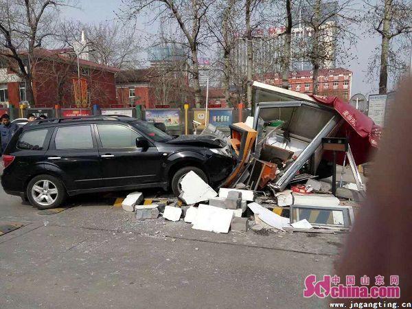 济南一车辆撞毁大润发停车场收费岗亭 收费人受伤